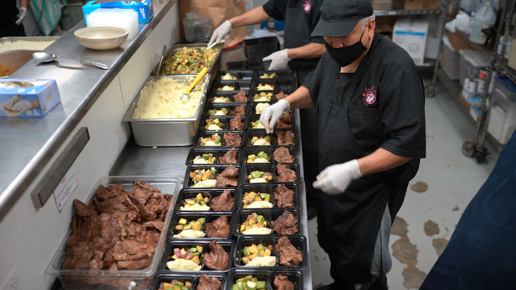 World Central Kitchen feeds seniors, creates jobs in Long Beach — ABC7 Los Angeles